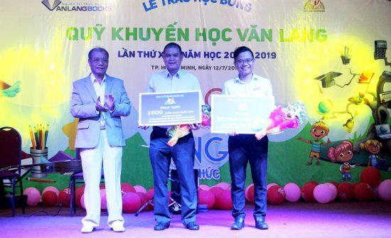 CEO Reporter VN nhận bảng tài trợ tượng trưng từ VanLangBooks