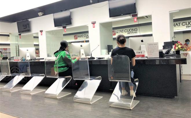 Một số khách hàng tìm đến trung tâm bảo hành điện thoại Nhật Cường tại Giảng Võ trong sáng nay.