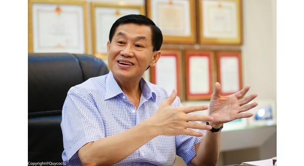 Trong phòng tiếp khách của Johnathan Hạnh Nguyễn, bằng khen, huy chương, huân chương.... treo khắp nơi. Ảnh: Hải An.