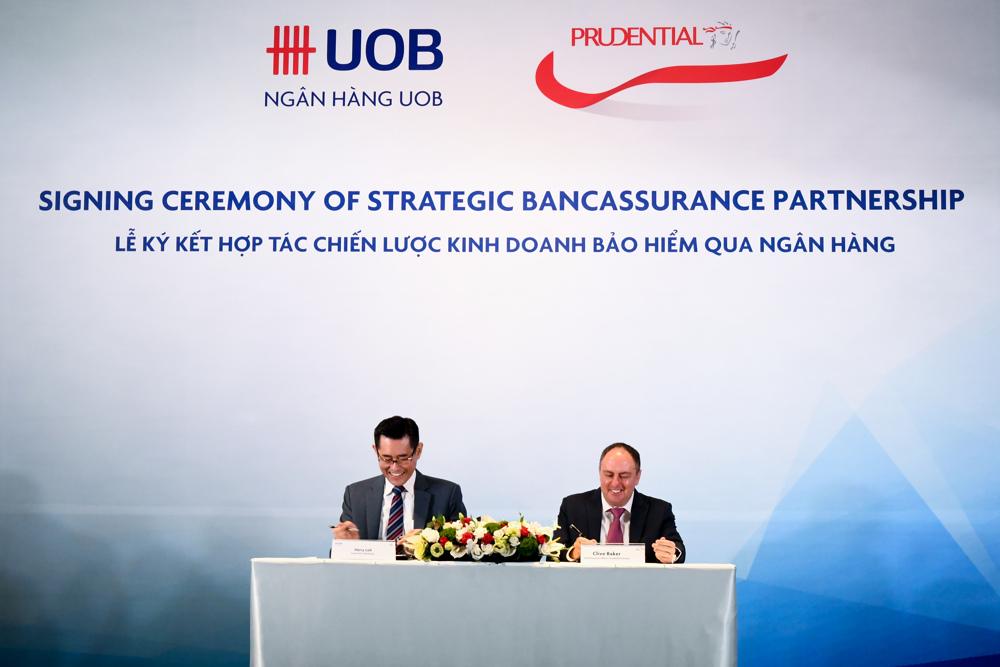 Đại diện Prudential và UOB thực hiện nghi thức ký kết hợp tác chiến lược