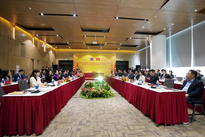 Các đại diện của phái đoàn Triều Tiên (bên phải)