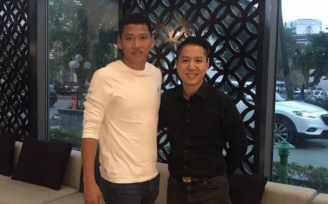 Cầu thủ Anh Đức gặp ông Nguyễn Tuấn Việt, CEO Công ty VIETGO đang tư vấn anh xuất khẩu hồ tiêu ra thế giới.