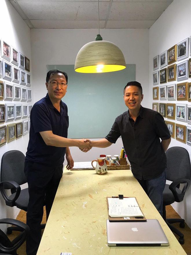 Ông Nguyễn Tuấn Việt tiếp đón đối tác nước ngoài muốn mua các mặt hàng của doanh nghiệp Việt Nam
