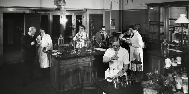 Phòng thí nghiệm Carlsberg với sự góp mặt của các nhà khoa học hàng đầu nhằm tìm ra một phương pháp nấu bia hoàn hảo