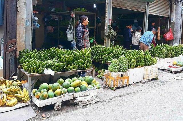 Chuối xanh được vận chuyển về chợ ngày một nhiều nhưng giá không hề hạ nhiệt.