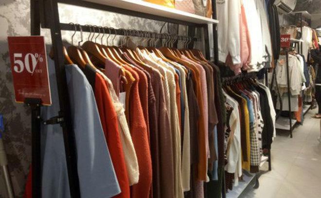 Một loạt áo len được bán với nửa giá tại cửa hàng May (108- B6 Phạm Ngọc Thạch).
