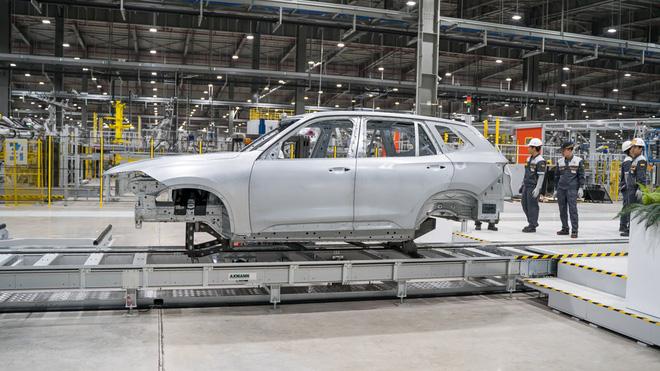 Ảnh thân vỏ xe LUX SUV đầu tiên đã được hoàn thiện
