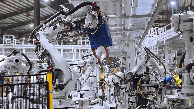 Rô bốt hàn đang làm việc trong xưởng hàn thân xe tại Tổ hợp sản xuất ô tô VinFast