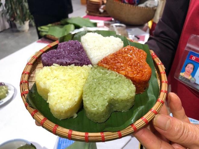 Món xôi được trang trí, sắp xếp nhiều màu sắc bắt mắt. Ảnh: Nguyễn Hà.