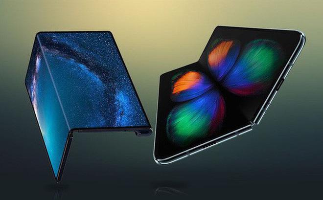 Hai mẫu điện thoại Android màn hình gập: Huawei Mate X (trái) và Samsung Galaxy Fold (phải)