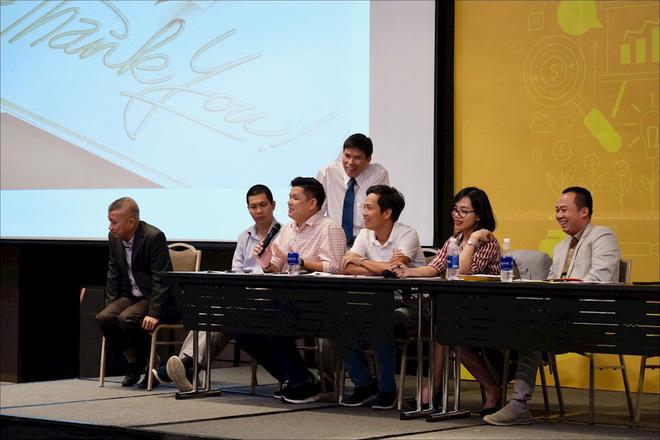 Ông Nguyễn Đức Tài, đồng sáng lập và Chủ tịch HĐQT Thế Giới Di Động (đứng), cùng toàn bộ nhân sự chủ chốt tại Đại hội cổ đông của tập đoàn hôm 22/3 - Ảnh: Hải Đăng