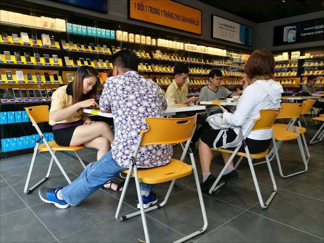 Bên trong một cửa hàng Thế Giới Di Động - Ảnh: Hải Đăng