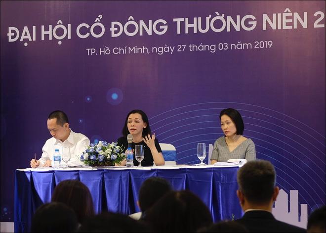 Bà Nguyễn Bạch Điệp (cầm micro), đang phát biểu tại Đại hội cổ đông thường niên FPT Retail 2019 - Ảnh: Hải Đăng