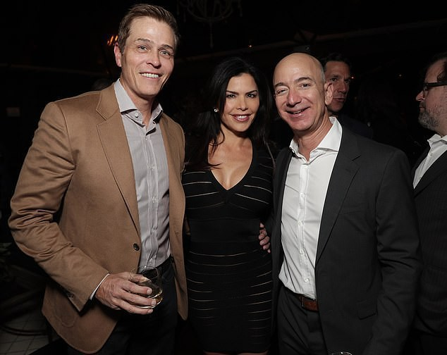 Jeff Bezos (phải) và Lauren Sanchez (giữa)