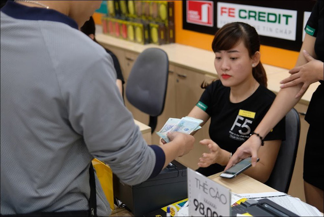 Khu vực thu ngân của siêu thị được tận dụng bán thẻ cào, thu tiền trả góp,... - Ảnh: Hải Đăng