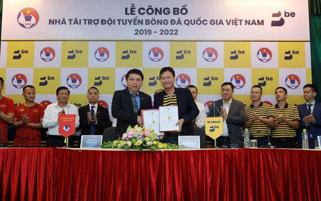 Đại điện VFF (trái) và đại diện Be Group thực hiện ký kết tài trợ.