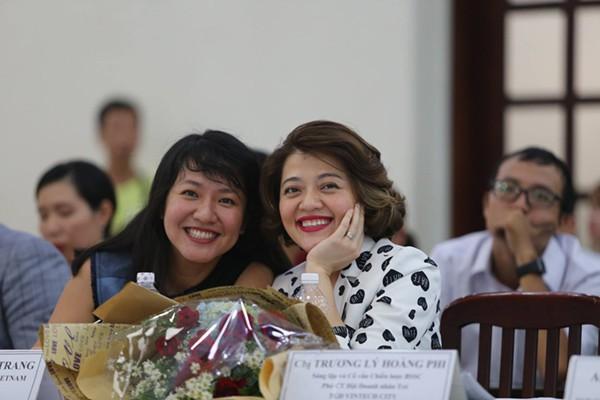 Bà Trương Lý Hoàng Phi (phải).