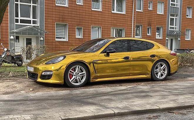 Chiếc Porsche Panamera dán phim mạ vàng.