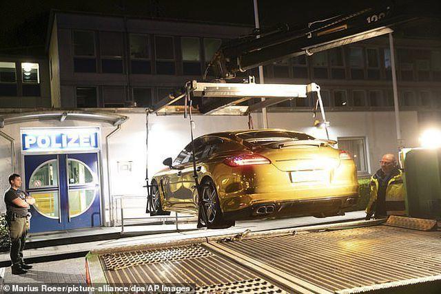 Chiếc siêu xe mạ vàng bị đưa về garage.