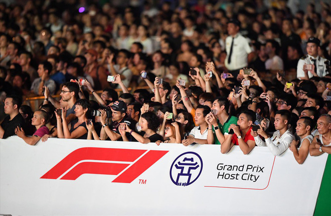 Hàng chục nghìn khán giả đã có mặt theo dõi màn biểu diễn của những chiếc xe F1. Ảnh: AT