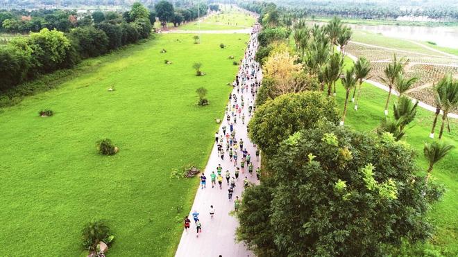 Cung đường chạy xanh mát tại Ecopark Marathon 2019 quy tụ gần 5000 runners tham gia, trong đó có nhiều elite runners và các doanh nhân.