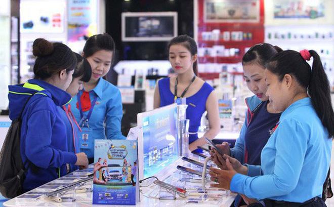 Nhờ nhiều tiện ích, giá ngày càng rẻ nên điện thoại di động được sử dụng phổ biến Ảnh: HOÀNG TRIỀU