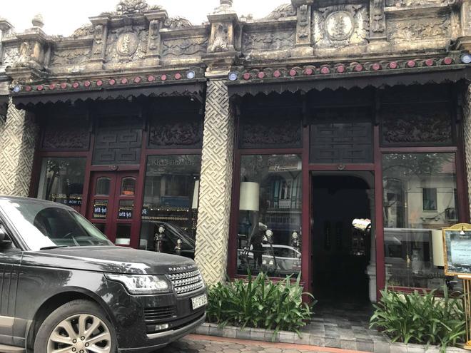 Từ phía ngoài, cửa hàng KhaiSilk brother vẫn mở cửa hoạt động bình thường. (Ảnh: Hương Nguyễn).
