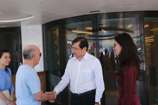 Tỉ phú Joe Lewis trò chuyện cùng ông Huỳnh Đức Thơ, Chủ tịch UBND TP Đà Nẵng