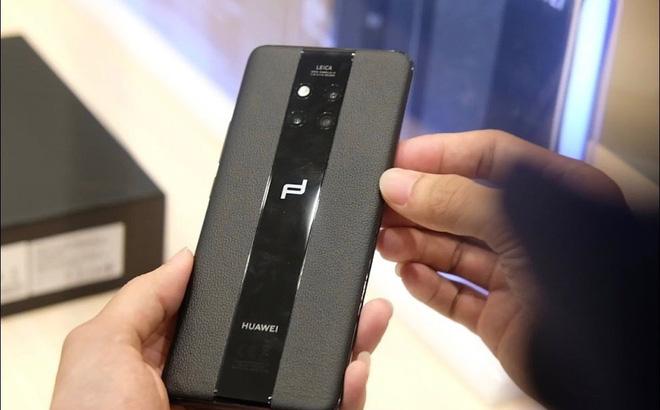 Một phóng viên đang cầm trên tay chiếc Huawei Mate 20 Pro Porsche Design khi máy ra mắt tại Việt Nam - Ảnh: Hải Đăng