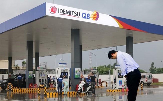 Ông Hiroaki Honjo - Tổng giám đốc Công ty Xăng dầu IQ8 cúi chào khách hàng vào đổ xăng tại trạm xăng IQ8 tại Khu công nghiệp Thăng Long, Hà Nội