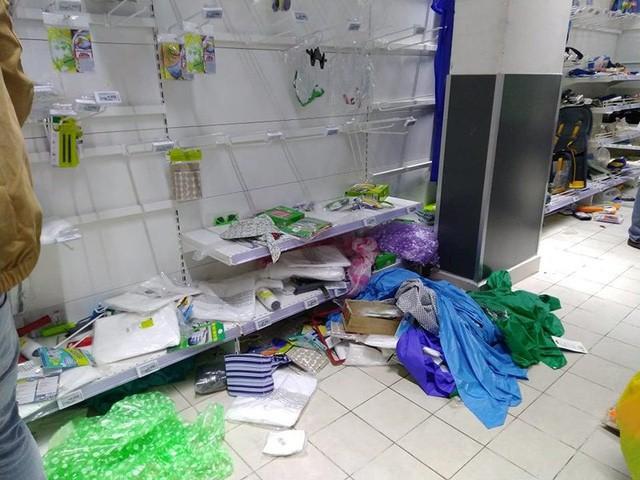 Hàng hóa trong siêu thị Auchan bị người mua xới tung, rơi vãi khỏi giá đỡ. Ảnh: Thu Hà