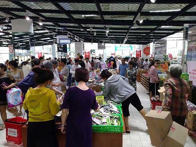 Hàng hóa trong siêu thị Auchan bị người mua xới tung, rơi vãi khỏi kệ. Ảnh: THU HÀ
