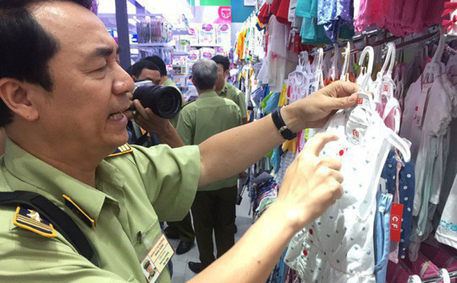 Ông Trần Hùng dẫn đầu đoàn QLTT kiểm tra các cửa hàng Con Cưng ở TP HCM hồi tháng 7-2018 - Ảnh NLĐ