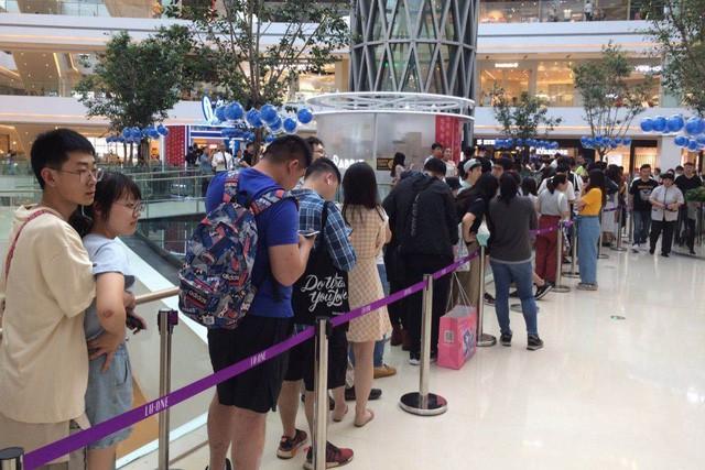 Hàng dài người xếp hàng để mua trà sữa White Rabbit tại Thượng Hải.