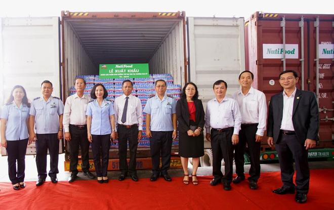 Lãnh đạo Sở Công Thương, bí thư Thị Xã Bình Dương, Cục Hải Quan Bình Dương và lãnh đạo NutiFood dự Lễ Xuất khẩu cho lô hàng 15 container sang Mỹ của công ty.
