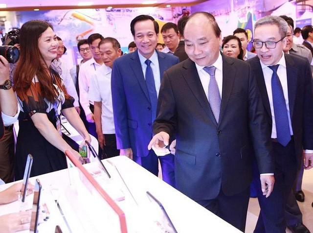 Thủ tướng Chính phủ Nguyễn Xuân Phúc và các đại biểu thăm gian hàng của Bkav tại Diễn đàn phát triển doanh nghiệp công nghệ Việt Nam 2019 được Bộ TT&TT tổ chức ngày 9/5 vừa qua.