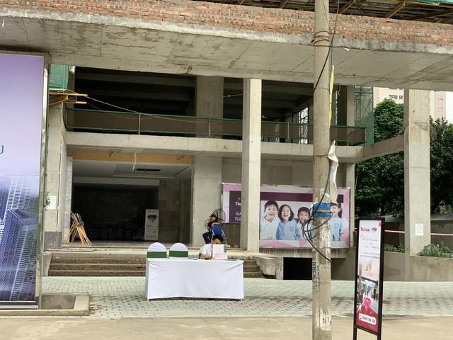 Nhiều môi giới túc trực tại dự án cả ngày tại một dự án nằm trên đường Lê Văn Thiêm .