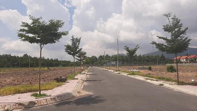"""Một con đường nội bộ trong """" Khu dân cư """" Alibaba Tân Thành trước khi bị lấp"""