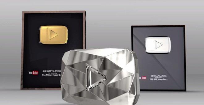 Thiết kế ngày trước: Nút YouTube nằm trong hộp kính, với tên kênh in trên bề mặt kính.