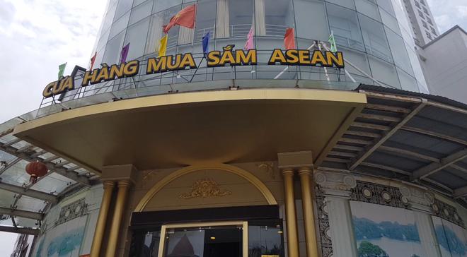 Cửa hàng mua sắm ASEAN bày bán rất nhiều sản phẩm của thương hiệu lớn với giá rẻ như cho. Ảnh: Đ.T