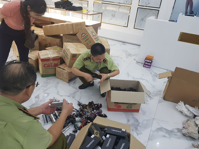 Lực lượng QLTT đang kiểm tra hàng hóa vi phạm tại Thương trường quốc tế Hồng Nguyên - Móng Cái - Quảng Ninh