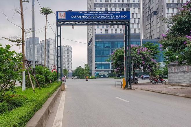 Khu đô thị Đoàn Ngoại giao do Tổng công ty Xây dựng Hà Nội làm chủ đầu tư, với quy mô 62,8ha và tổng vốn đầu tư lên đến 1.300 tỷ đồng được đưa vào sử dụng từ năm 2011 đến nay việc trường học vẫn chủ yếu nằm trên giấy.