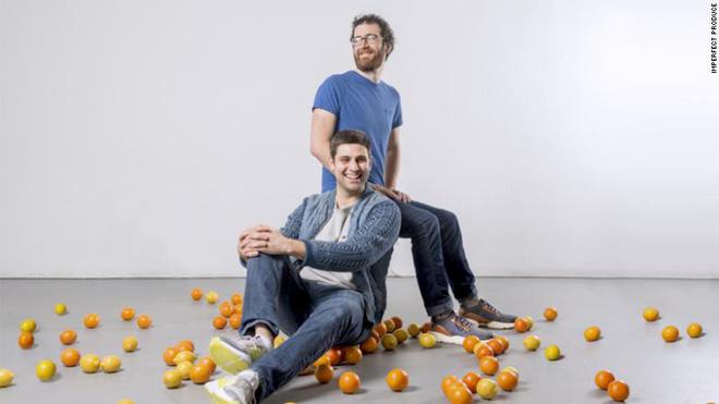 Ben Simon (ngồi trước) và Ben Chesler, 2 thành viên sáng lập của Imperfect Produce.