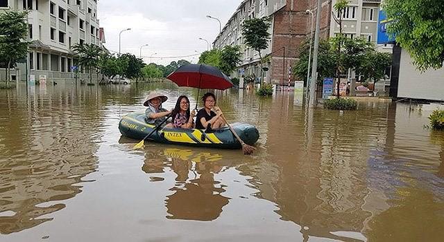 Cảnh người dân đi thuyền trong khu đô thị Geleximco sau cơn mưa lớn hồi năm 2018. (Ảnh PL.TPHCM)