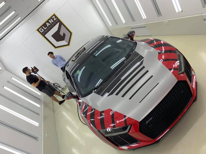 """Cường """"Đô la"""" đã nhờ đội ngũ nước ngoài thực hiện dán đổi màu sơn cho siêu xe Audi R8 V10 Plus sang màu đỏ, bạc và đen với các điểm sọc phối màu rất ấn tượng"""