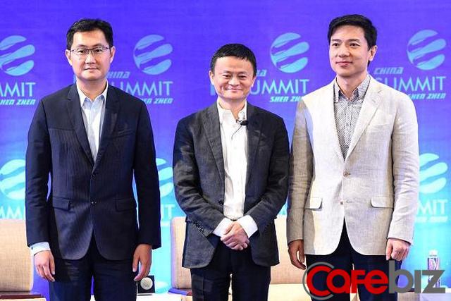Jack Ma đứng ở giữa, Mã Hóa Đằng đứng bên trái