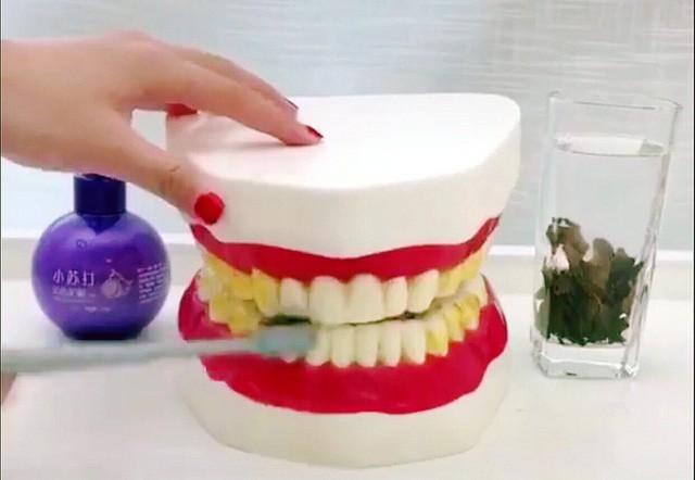 Theo quảng cáo, chỉ cần dùng một lượng nhỏ có thể tẩy sạch ố vàng trên răng ngay lập tức