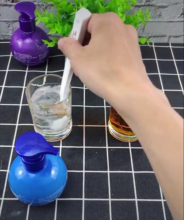 Thậm chí, loại kem đánh răng này có thể làm đổi màu cốc nước nhanh chóng