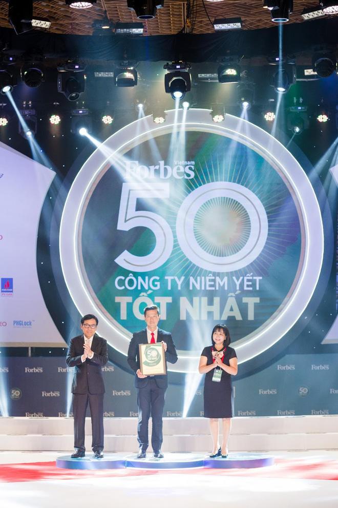 Tổng Giám Đốc SABECO – Ông Bennett Neo vinh dự nhận kỉ niệm chương Top 50 công ty niêm yết tốt nhất Việt Nam năm 2019