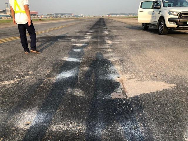 Mặt đường lăn nứt vỡ, phụt bùn mỗi khi máy bay lăn qua tại sân bay Nội Bài-Hà Nội.